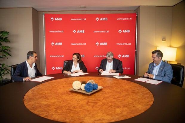 Durante la firma del pacto cuatripartito para el gobierno del AMB. De izquierda a derecha los firmantes: Joan Borràs de ERC, Ada Colau de En Comú Guanyem, Antonio Balmón del PSC e Isidre Sierra de Junts
