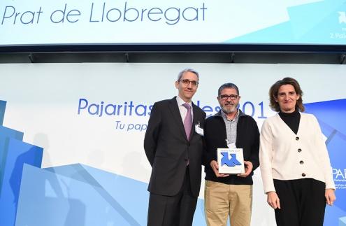 El tinente de alcalde de Seguridad Ciudadana, Mantenimiento y Servicios Urbanos de El Prat, Joaquim Bartolomé -en el centro-, recogiendo el premio de ASPAPEL.