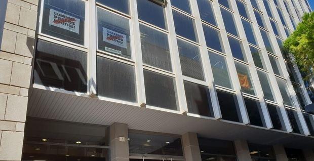 Cs vuelve a llevar al Ayuntamiento de L'Hospitalet ante la Junta Electoral por la presencia de pancartas independentistas en la fachada