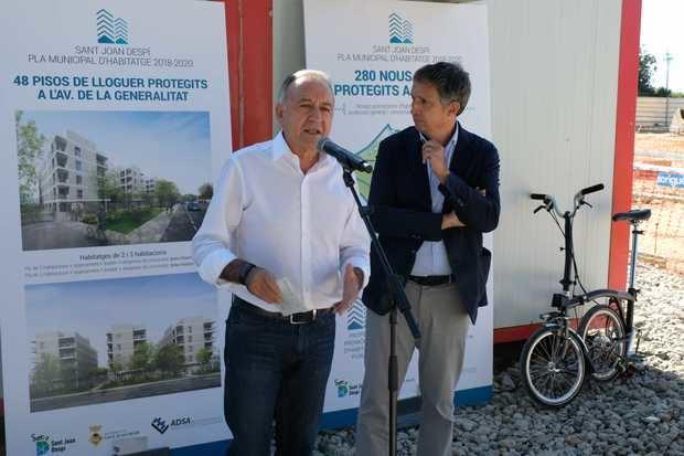 Antoni Poveda -izquierda- presentando los nuevos pisos protegidos de Sant Joan Despí.