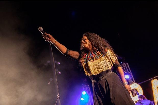 Mónica Green contagió de energía al público con su repertorio.