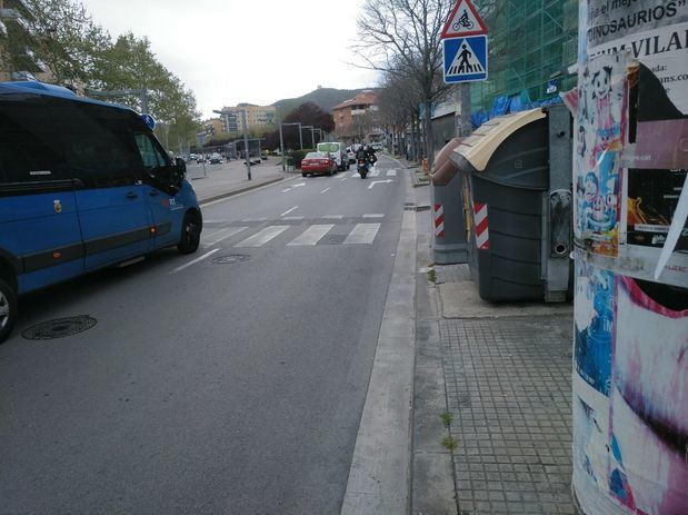 Contenedores junto a un paso de peatones en la Avenida Francesc Macià de Viladecans.