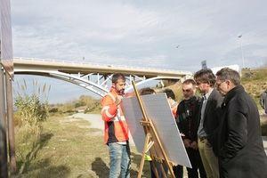 El alcalde de Molins de Rei, Xavi Paz -segundo derecha-, viendo el proyecto en el margen del río Llobregat en el municipio junto a representantes y técnicos del AMB