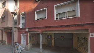 Agentes de los Mossos d'Esquadra registran el domicilio de uno de los detenidos en Cornellà.