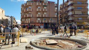 Guardia Civil y Mossos de Esquadra durante el registro policial realizado ayer en la Plaza de las Palmeras de Viladecans.