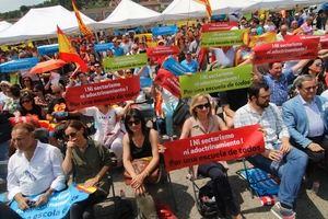 Alrededor de 1.500 personas se manifiestan en Sant Andreu de la Barca a favor de los hijos de Guardias Civiles del Instituto El Palau