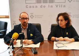 Miquel Forns, alcalde de Sitges, -izquierda- junto a la primera teniente de alcalde, Aurora Carbonell, durante la presentación del proceso participativo de Les Botigues.