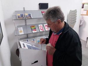 Votación en la Oficina de Atención a la Ciudadanía de Les Botigues.