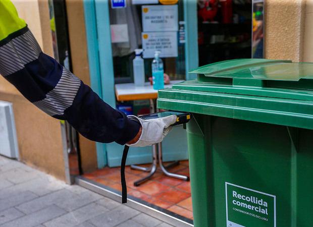 Sant Just Desvern empieza a recoger puerta a puerta los residuos comerciales
