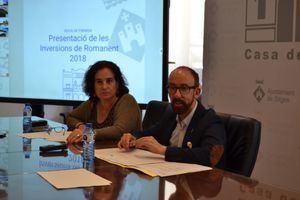 El alcalde de Sitges, Miquel Forns, y la primera teniente de alcalde, Aurora Carbonell, durante la presentación de las inversiones.