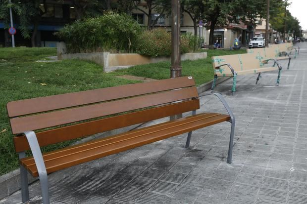 L'Hospitalet renueva el mobiliario urbano con 1.700 nuevos bancos más accesibles
