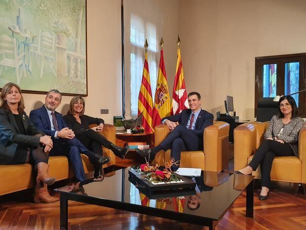 Reunión entre la presidenta de la Diputación, Núria Marín -tercera izquierda-, y el presidente de España, Pedro Sánchez -segundo derecha-, junto a la ministra de Política Territorial -primera derecha- y dos de los vicepresidentes de la Diputación de Barcelona, este viernes en Can Serra