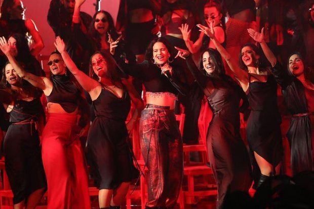 Rosalía durante su actuación en la gala de los MTV EMA en Sevilla
