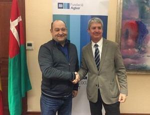 El alcalde de Viladecans -izquierda- y el director general d'Aigües de Barcelona (Agbar), durante la firma del convenio de colaboración en la ciudad