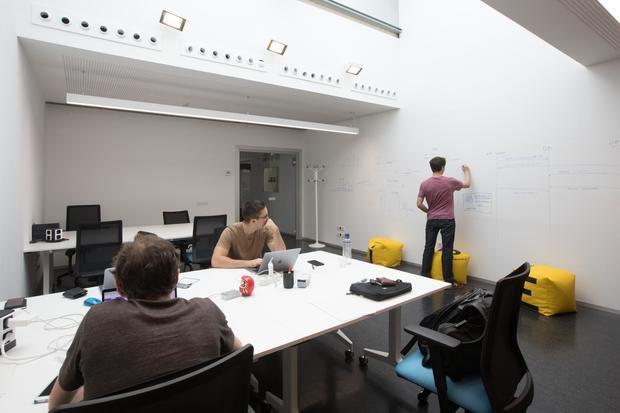 Sala VIE de la incubadora de Viladecans, otro de los apoyos al emprendimiento en el Baix Llobregat