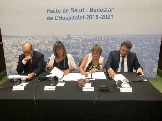 Momento de la firma del pacto, con Marín y Vergés (en el centro), acompañados por el regidor de Bienestar Social Jesús Husillos (izquierda) y Adrià Comella, director del CatSalut.
