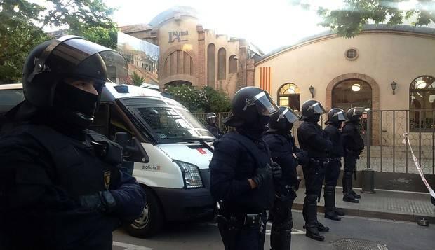 Imatge, aquest matí, després del desallotjament de l'exterior del Teatre Artesà de El Prat