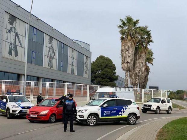 La policía local y los mossos 'aguan' la fiesta de 30 jóvenes en una habitación de hotel de Castelldefels
