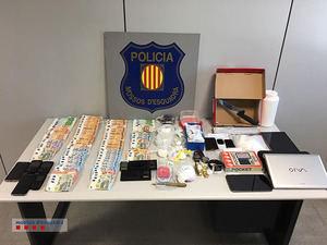 La droga, móviles y otros objetos incautados por la policía en el piso de los cuatro detenidos.