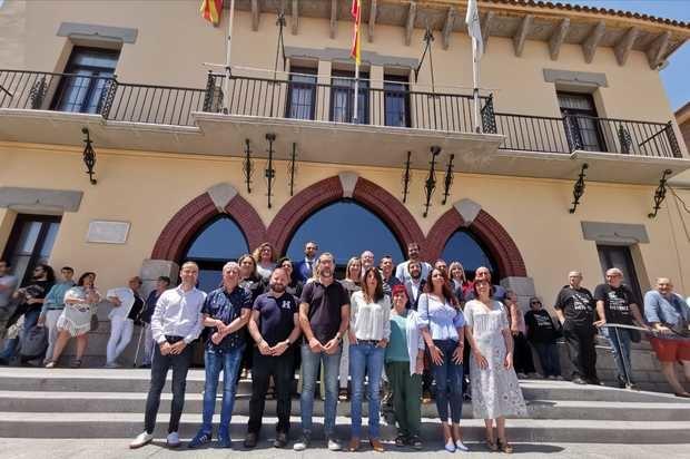 Regidores y regidoras de Sant Vicenç dels Horts junto al consistorio durante el pleno de constitución e investidura