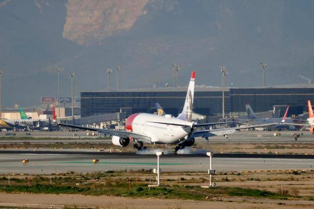 Moment de l'aterratge d'un avió a l'aeroport de El Prat