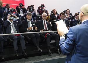 Matthias Müller, presidente ejecutivo del Grupo Volkswagen y Luca de Meo, Presidente de SEAT, en la experiencia 4D en el salón del automóvil de París 2016