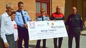 La Xarxa Solidària Ciutadana de Cornellà entrega un xec de quasi 15.000 euros a la Botiga Solidària