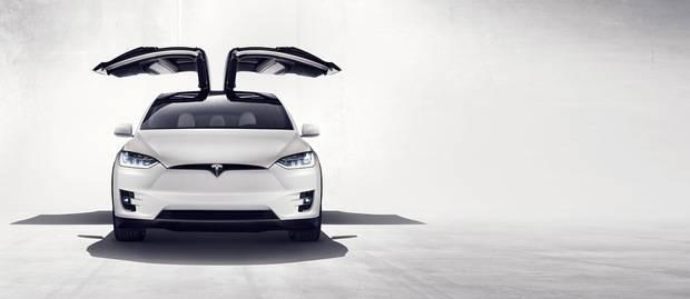 Model X de Tesla, con las puertas 'alas de halcón'