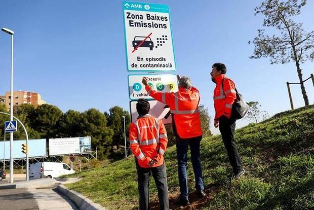 AMB coloca las primeras señales de tráfico de la Zona de Bajas Emisiones