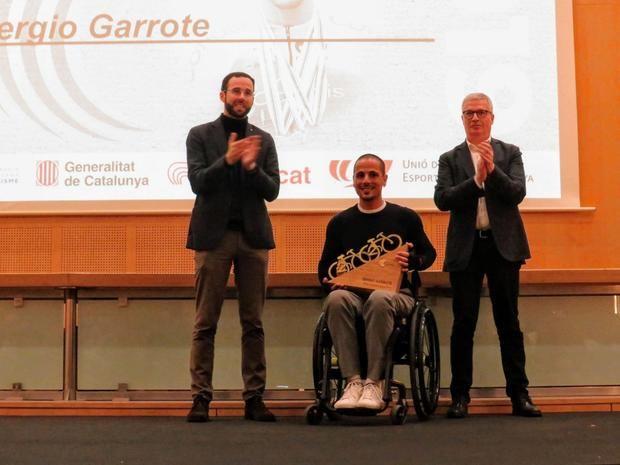 Sergio Garrote, en el centro, recibiendo el premio a mejor ciclista del año