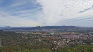 Catorce municipios y el Consell Comarcal actualizan el convenio para proteger las montañas del Baix