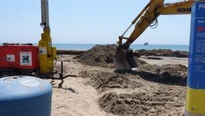 La playa de Gavà se pone a punto con la aportación de 40.000 metros cúbicos de arena