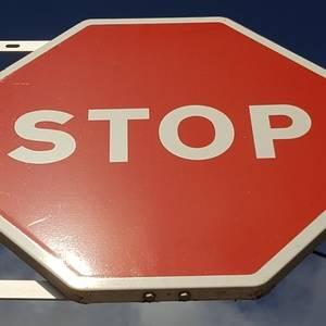 STOP a la traducció al castellà de les senyals de trànsit a Esplugues
