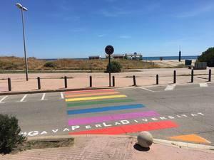 Gavà omple de color tres passos de vianants en defensa del col·lectiu LGTBI