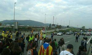 Cortes de carreteras, concentraciones en el cuartel militar de Sant Boi y la fuga de una empresa cotizada protagonizan el 3 de octubre del Baix Llobregat y L'Hospitalet