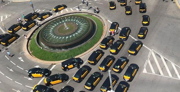 Fomento traslada a los taxistas su máximo compromiso mientras continúa la huelga y la comarca sigue sin un solo taxi