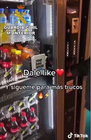 Un TikTok enseña a robar en las máquinas de vénding del aeropuerto de El Prat