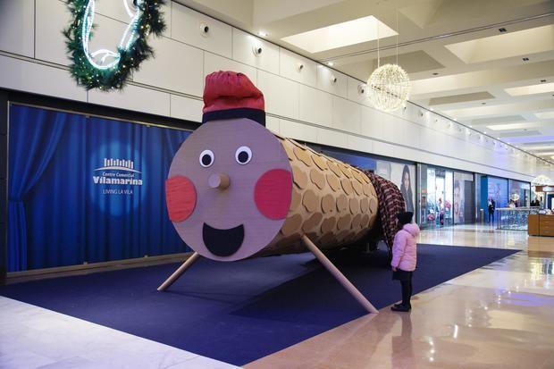 Tió gigante expuesto en la segunda planta del Centro Comercial Vilamarina de Viladecans