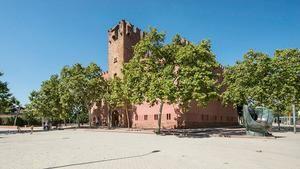 El edificio de la Torre Roja junto a la escultura del guante de béisbol que honra la historia de este deporte en la ciudad.
