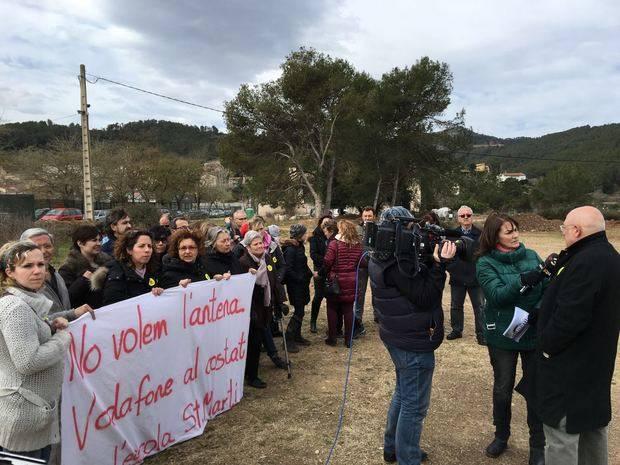 Torrelles de Llobregat fa pinya contra una antena telefònica al costat d'una escola