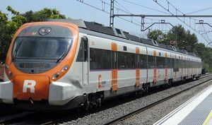 Tren de Rodalies de Catalunya parando en una estación.