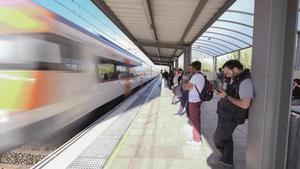 Un tren de rodalies a su paso por la estación de Viladecans