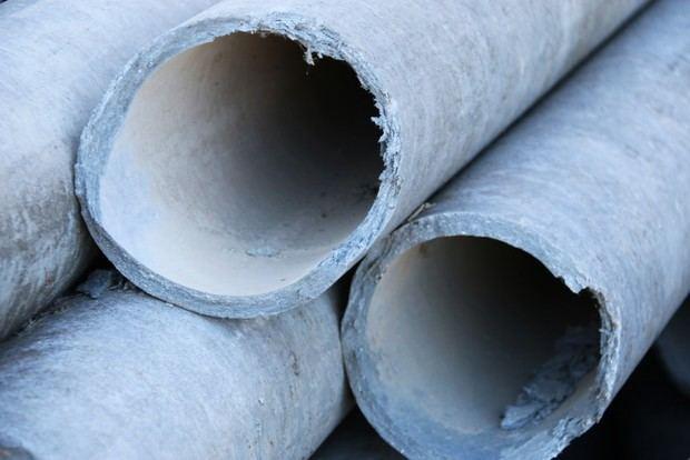 Una tubería de fibrocemento. En mal estado, este material suelta unas fibras que son muy perjudiciales para la salud humana.