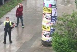 Un policía local de Viladecans reduce a un hombre que esgrimía un cuchillo de grandes dimensiones