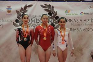 Violeta Sánchez, en el centro, ha sido oro en paralelas y bronce en potro en el Torneo Internacional Mediterráneo Comegym