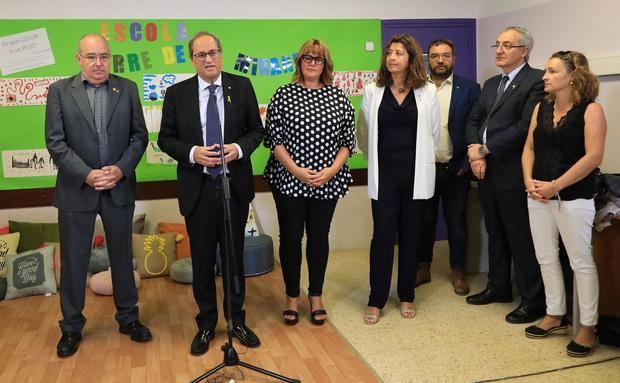 Josep Bargalló -izquierda-, conseller d'Educació, Quim torra -segundo izquierda-, president de la Generalitat, junto a la directora y personal del centro en la rueda de prensa ofrecida este jueves tras la visita a la Escola Torre de la Miranda
