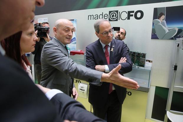 María Miranda -izquierda- durante la visita de Quim Torra -derecha- al ICFO.
