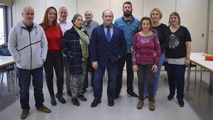 El alcalde de Viladecans, Carles Ruiz, -en el centro- durante el acto de clausura del programa 'Vives Emplea'.
