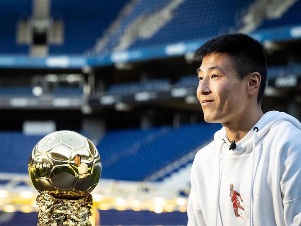 Wu Lei posa en el RCDE Stadium, en Cornellà, durante la recogida del premio.